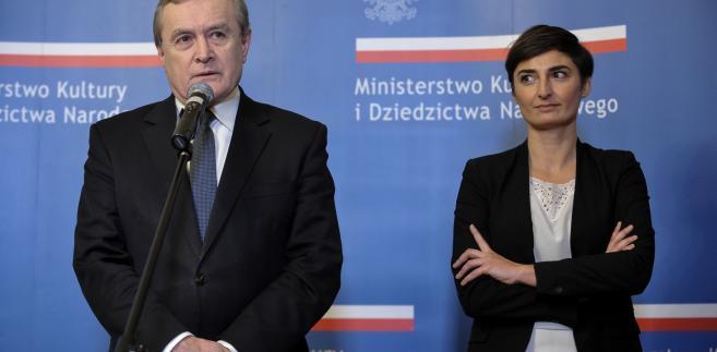 Wicepremier, minister kultury Piotr Gliński i naczelnik Wydziału Strat Wojennych w MKiDN Elżbieta Rogowska