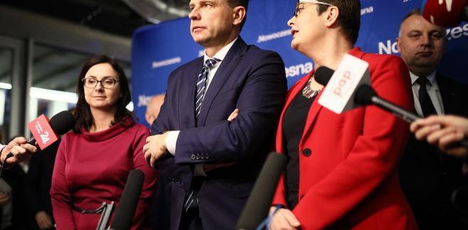 """Sasin, odnosząc się do akcji billboardowej w niedzielę w Polsat News, ocenił, że PO i Nowoczesna """"potrafią tylko i wyłącznie żywić się nienawiścią w debacie publicznej""""."""