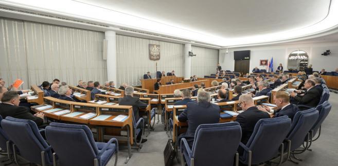 """Po głosowaniu w Sejmie w połowie stycznia br. premier Mateusz Morawiecki powiedział, że przyjęcie budżetu na 2018 rok oznacza łączne podniesienie wydatków sektora finansów publicznych """"ponad 40 mld zł rok do roku""""."""