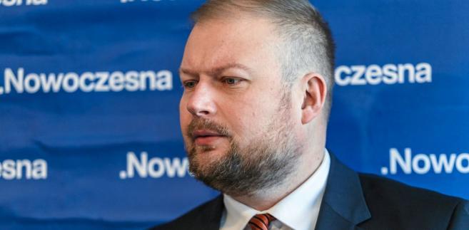 """Zembaczyński mówił w czwartek Sygnałach Dnia, że """"Platforma Obywatelska ma prawo do swojego kandydata"""". Jak dodał, """"bardzo skutecznie zawarta koalicja"""" PO i Nowoczesnej """"ogranicza się do umowy określającej, w jaki sposób będziemy partnerami w wyborach do sejmików"""". """"Wybory bardzo zindywidualizowane, jak wybory burmistrzów, prezydentów i wójtów - pozostawiają nam dowolność; tutaj nie ma żadnego ogólnopolskiego porozumienia"""" - dodał poseł."""