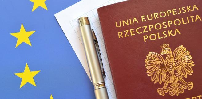 Od ubiegłego roku działa usługa powiadamiana o tym, że paszport jest gotowy. Każda osoba przy składaniu wniosku może podać swój numer telefonu lub adres e-mail. Gdy paszport będzie gotowy otrzymamy smsa lub wiadomość e-mail, że możemy odebrać dokument. Usługa jest bezpłatna.