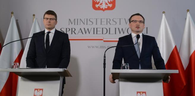 Minister sprawiedliwości Zbigniew Ziobro i wiceminister sprawiedliwości Marcin Warchoł podczas konferencji prasowej nt. zmian w Sądzie Najwyższym.