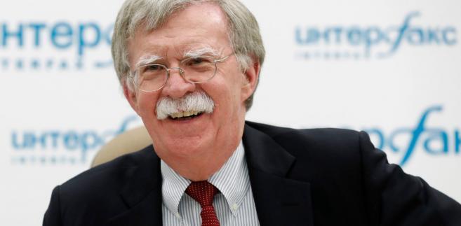 Na razie jednak i lewica, i pokaźna część prawicy w USA uważają zachowanie prezydenta podczas szczytu za zdradę i domagają się głów. W pierwszej kolejności Johna Boltona.
