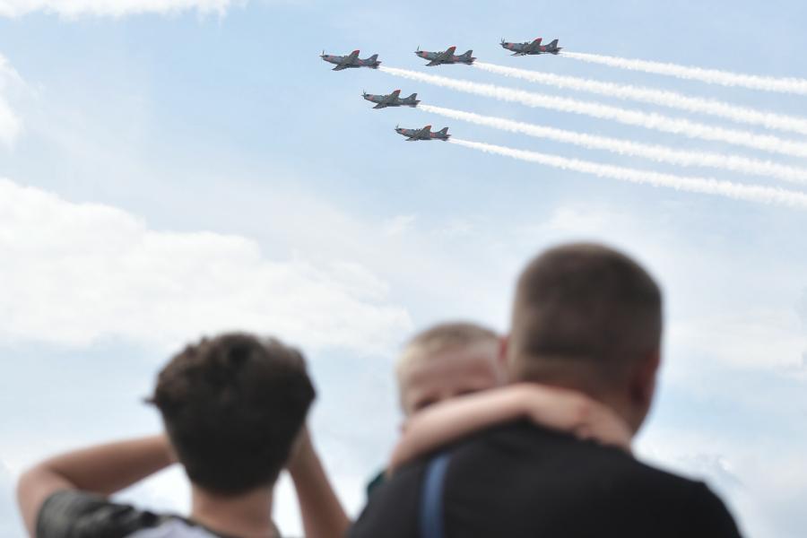 Przelot samolotów i śmigłowców - widok z Mostu Świętokrzyskiego.