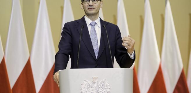 """Premier ocenił w poniedziałek, że Warszawa jest """"krzywdzona"""" przez Brukselę. Pytany, czy prof. Małgorzata Gersdorf jest obecnie I prezesem SN, czy byłym I prezesem SN szef rządu odpowiedział, że jest ona """"byłym prezesem SN""""."""