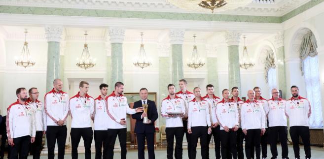 Andrzej Duda uhonorował także całą drużynę reprezentacyjną wręczając jej kapitanowi Michałowi Kubiakowi flagę narodową.
