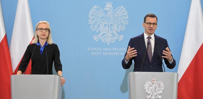 Premier RP Mateusz Morawiecki i minister finansów Teresa Czerwińska podczas konferencji prasowej po posiedzeniu rządu w KPRM w Warszawie.