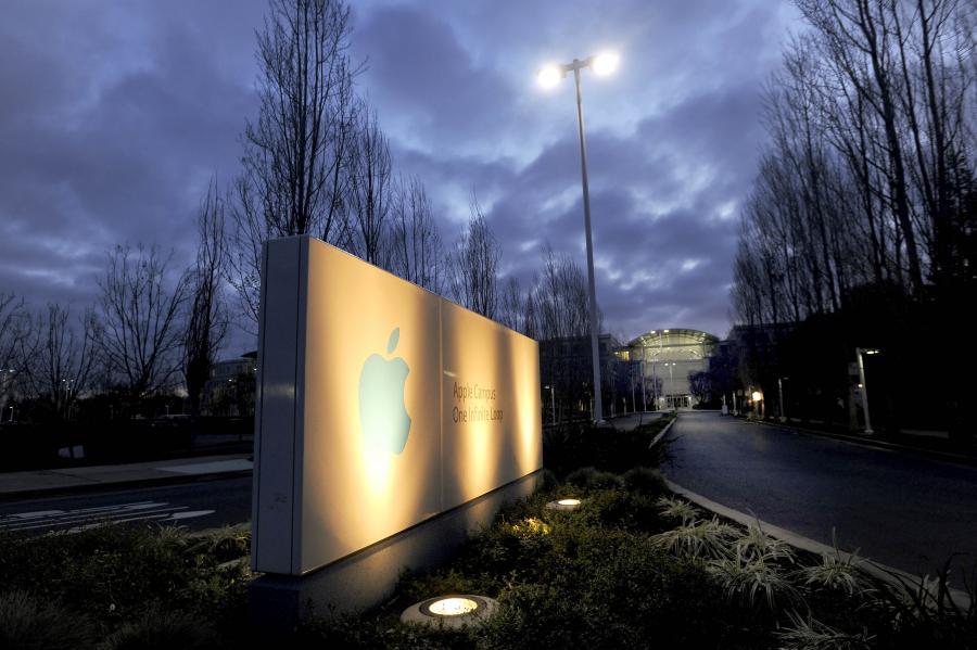 Podświetlane logo przed siedzibą firmy Apple Inc., Cupertino, Kalifornia / USA