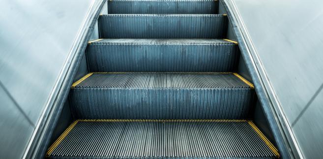 stawanie pasażerów po prawej stronie Sowoduje nierównomierne obciążenie schodów i ich szybsze zużywanie.