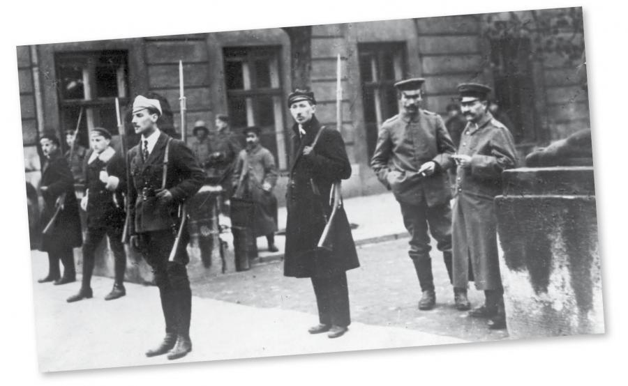 Warta studentów w Warszawie. Obok stoi dwóch rozbrojonych niemieckich żołnierzy, listopad 1918 r.