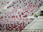 Ukończona bryła stadionu opleciona siatką w biało-czerwonych barwach robi imponujące wrażenie, podobnie jak wizyta na trybunach, gdzie robotnicy montują już krzesełka