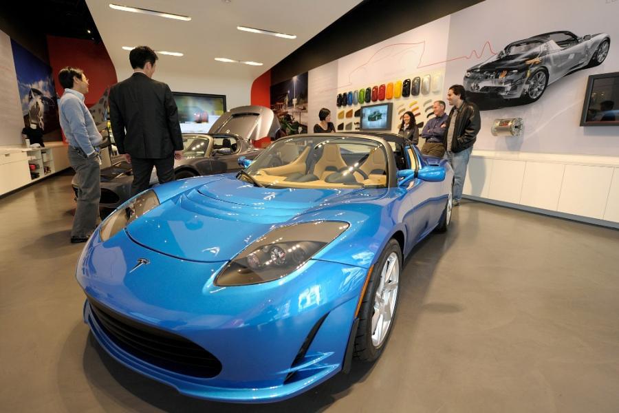 Klienci oglądają Model X Tesli w salonie Tesla Motors w San Jose w Kalifornii. Tesla Motors planuje sprzedaż Modelu X, sportowego samochodu zasilanego energią elektryczną, już w 2013 roku. Fot. David Paul Morris/Bloomberg
