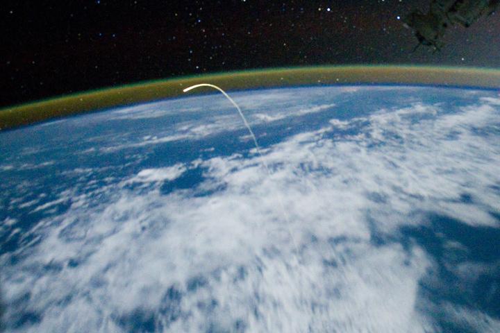 Prom Atlantis opuszczający atmosferę Fot. dzięki uprzejmości NASA / JPL-Caltech