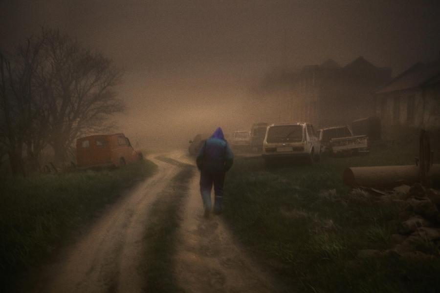 Człowiek otoczony przez chmurę pyłu wulkanicznego z wulkanu Grimsvotn na Islandii