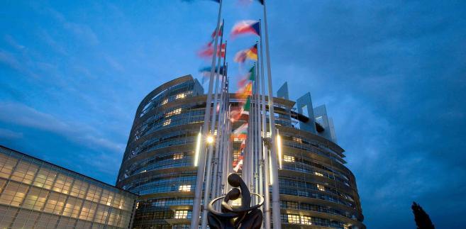 Rezolucja stwierdza, iż dzięki nieustępliwości Parlamentu wprowadzono w wieloletnim budżecie istotne zmiany.