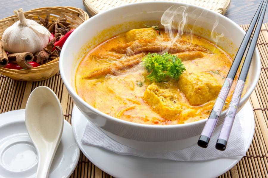 Singapur. Specjalnością singapurskiej kuchni jest gotowany na parze kurczak, z galaretowatą warstwą ryżu, ogórków, chili i imbiru.
