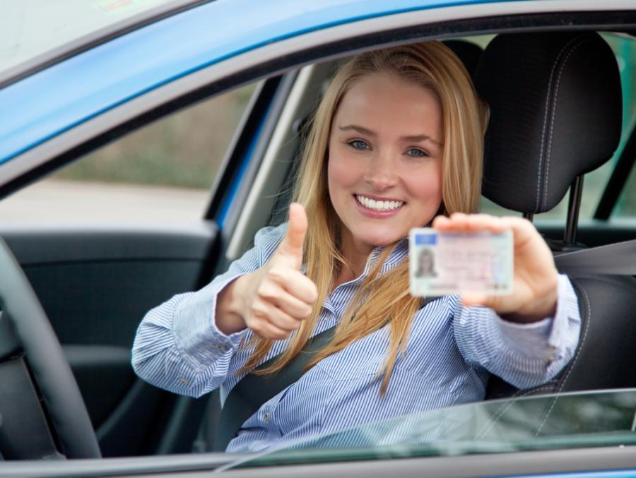 Kierowca samochodu z prawem jazdy